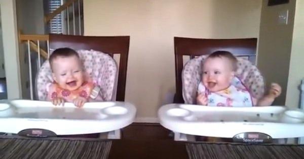 超可愛い♪双子の赤ちゃんがパパの弾くギターにノリノリになっちゃう!!