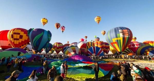 青空、流れる雲、太陽の光、そして色とりどりの気球…。バルーンフェスタのようすを映した圧倒的に美しいタイムラプス映像
