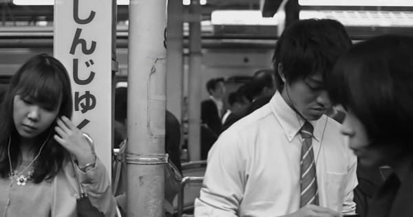 ありふれた日常の時が止まったかのような感覚。スーパースローモーション映像「ステンレス」が映し出す地下鉄の電車から見える風景をご覧あれ