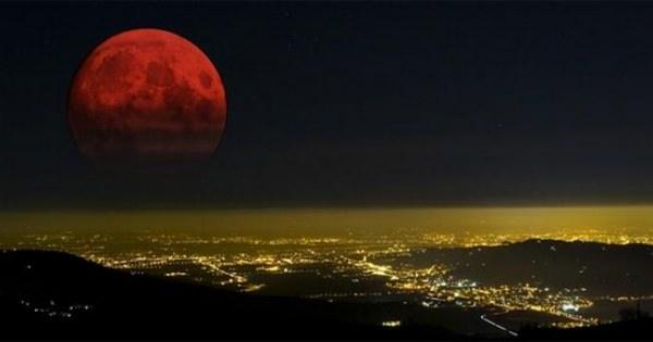 皆既日食でブラッドムーンと呼ばれている「赤い月」見ましたか?