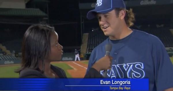 スゴ過ぎワロタwwwメジャーリーガーのエヴァン選手がインタビュー中に女性に向かって飛んできたボールを素手でキャッチして守った伝説の動画