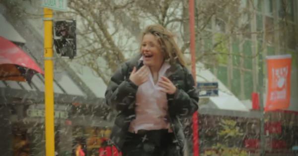 """雪が降るとどうしてもワクワクしてしまう人へ。""""50年に一度"""" の大雪に喜ぶニュージーランドの人々を撮影した素敵な動画"""