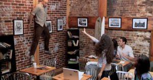 「カフェで突如超能力に目覚めた女子が店内で暴れる」ドッキリで店内の人々が恐怖に陥ってしまうムービー