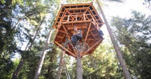 夢のあるツリーハウス。それは自転車に乗らないと登れない奇天烈な仕組み
