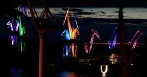 不思議な世界に来たみたいだ。真夜中に光のショーのように輝く造船所