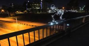 最高にかっこいい光の芸術を見よ! スケボーに乗って夜の街を駆け巡るガイコツのライトペインティング動画「Light Goes On」