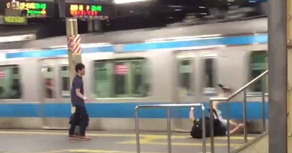 ダメ!絶対!!酔っ払いが電車を蹴る行為を写した瞬間映像