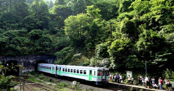 「日本一の秘境駅」と名高い小幌(こぼろ)駅が10月末に駅を廃止 鉄オタが記念に撮影で賑わう 秘境、最後の夏ー