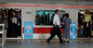 """いま電車に乗る女の子たちが声を上げづらい""""新型痴漢""""が出現している・・・"""