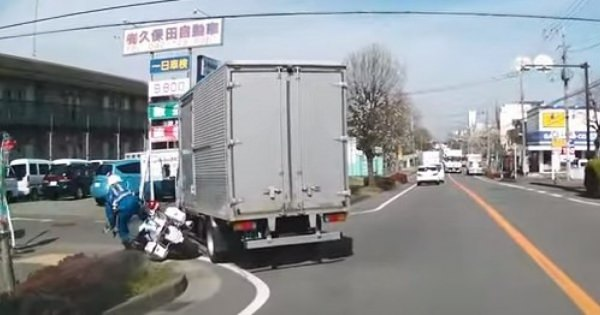 どっちが悪い?トラックと白バイの接触をとらえたドラレコに割れる意見