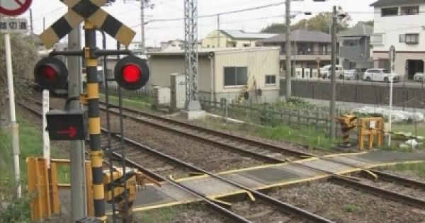 悪質ないたずら? 線路の上にコンクリート入りのランドセルが!?
