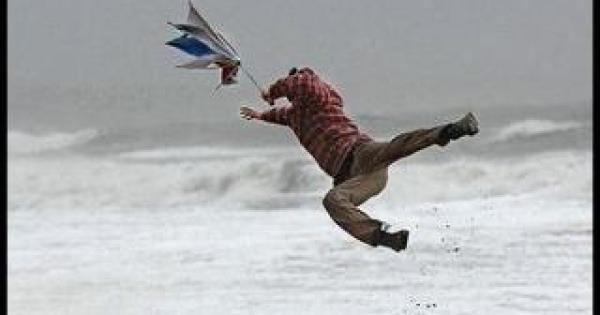 【強風】フライパンが飛んでった!風強すぎて格闘する人々