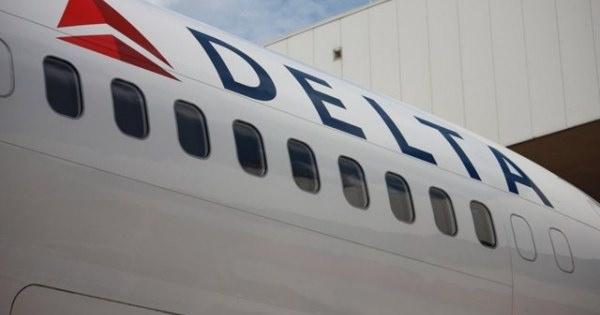 恐怖!旅客機が飛行中にエンジンカバーが脱落するハプニング!