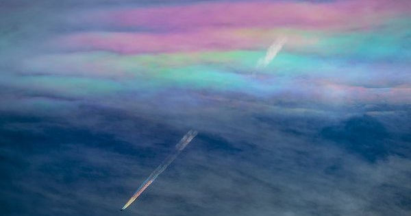 Twitterで「虹色の飛行機雲」が話題に!飛行機が描き出した奇跡的な瞬間!