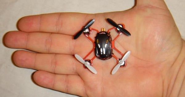 虫みたいなちっちゃいドローン!部屋で飛ばすには最高のドローン。
