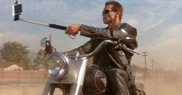 昔の名作映画に「自撮り棒」が??ターミネーターが自撮り棒で記念写真なんて嫌!