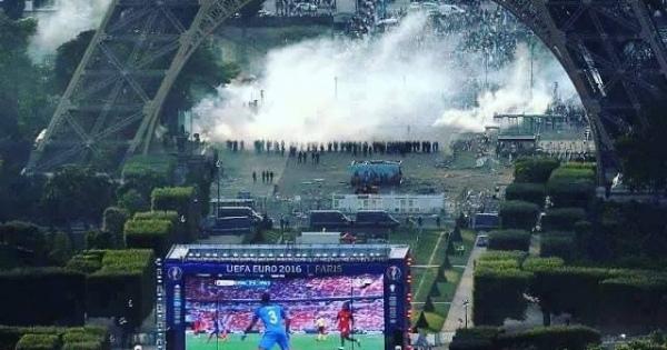 フランスとポルトガルの決勝戦でパブリックビューイング会場に入れなかった群衆がエッフェル塔の下で暴動