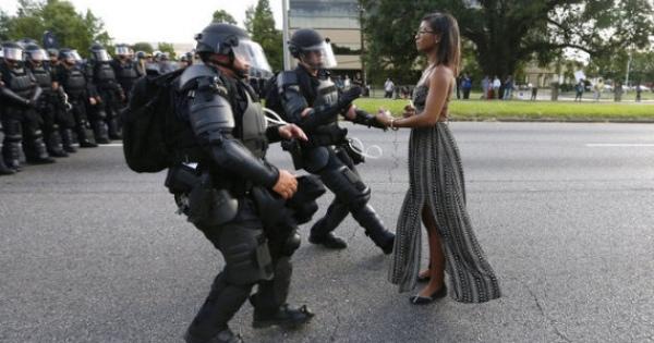 <・・・勇気、使命感、行動力・・・明治維新の前は日本男子女子なら誰でも持ってたのが、今は消えた!> 黒人女性、機動隊の前に静かに立ちふさがる【黒人射殺の抗議デモ】