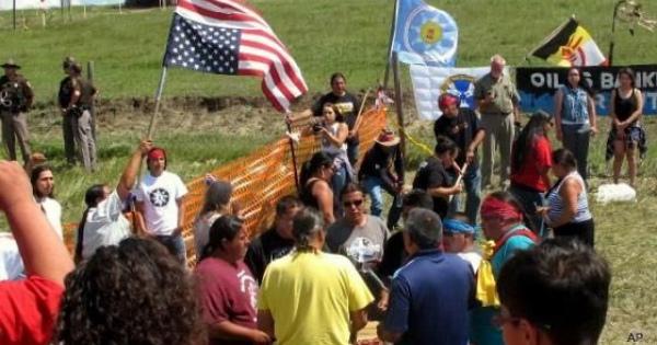 米国先住民スー族などが激しく反対・抵抗するダコタ州の石油パイプライン建設現場
