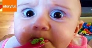 爆笑間違いなし!赤ちゃんが初めて食べたものに困惑…「なんじゃこれ?!」