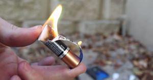 必見!!! ねっ、簡単でしょ?ガムの包み紙と乾電池を使って一瞬で火をおこす方法【サバイバル術】