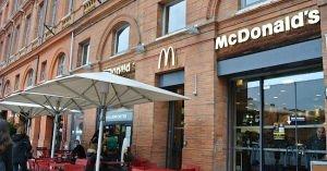 特殊部隊員11人が食事中のマグドナルドに強盗に入って撃たれ、逮捕された間抜け男!