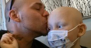 優しい父親!息子の手術痕とそっくりのタトゥーを頭部に入れ励ます!