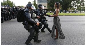 反響を呼ぶ黒人男性射殺事件に一人で抗議する黒人女性の写真・米国バトンルージュ