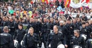 <・・・組織人である前に、ひとりの個人であるのが世界基準> ドイツで起きた反格差デモ、なんと警察がヘルメットを取って市民をエスコートする <組織の奴隷になり果てる日本人・・・沖縄・高江の機動隊諸君!!>