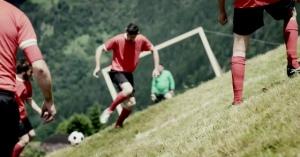 アルプスの急斜面でするサッカー「アルパイン・サッカー!」こんな過酷なサッカーは他にはない!