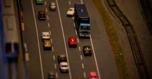 【現場写真】軽乗用車、高速を逆走…トラックと衝突し大破 3人死亡