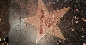 トランプ氏の名前をハンマーやツルハシで破壊!ハリウッドの観光名所・星形の敷石!