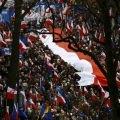 <日本も続け~~~!>  3月12日、ポーランドの首都ワルシャワで、数万人のデモ隊が大統領宮殿に向かって行進し、同国政府が憲法を尊重することを要求した。(2016年 ロイター/Kacper Pempel )