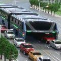 実現するのか?クルマをまたいで走る馬鹿でかいバスを中国が発表!