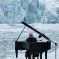 イタリア人作曲家&ピアニスト、ルドヴィコ・エイナウディ 氷の浮く北極海でピアノ演奏