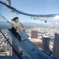 滑るの怖い!ビル外壁にガラスの滑り台、高さ300mで真下の景色が丸見え!
