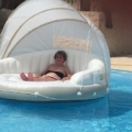 この夏は水に浮く屋根付きラウンジソファで王様気分!快適な夏を!!