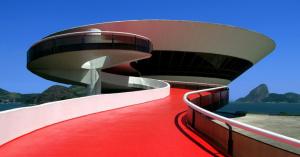 空飛ぶ円盤?UFO?面白外観の美術館「ニテロイ現代美術館」