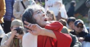 伝説的存在! 魂の大道芸人「ギリヤーク尼ケ崎」街頭公演50周年迫る