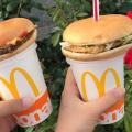 最近のJKの流行「シェイクの上にハンバーガーを置いてストローを挿す」
