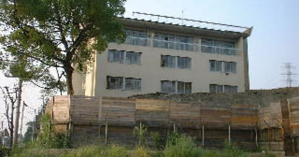 心霊スポットの隣に建ってる学校の話