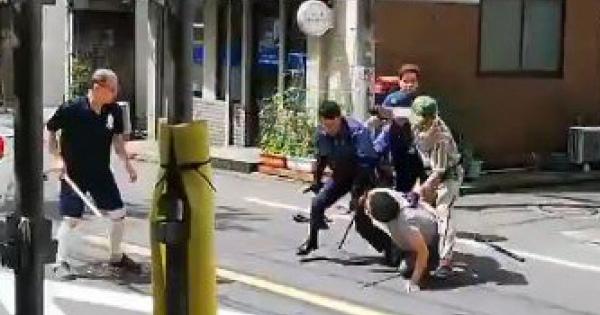 【衝撃動画】目黒区で包丁を振り回していた男がヤマト便の兄ちゃんにボコられ逮捕!