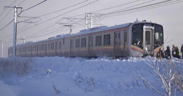 駅まで100メートルなのに大雪で15時間立ち往生!JRの対応に批判の声!