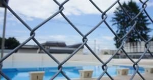 生理中でも女子生徒にプール強制、入らないと内申点で脅す学校→それって人権侵害じゃないのか