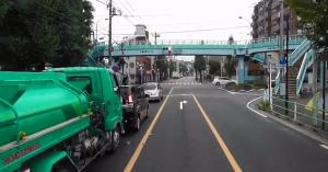 【幅寄せ・煽りも】運転席から大量のゴミを捨てるDQNトラックの動画が話題に!【三幸商事】
