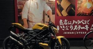 バイク+「いきなりステーキ」=爆笑ショット 完成!