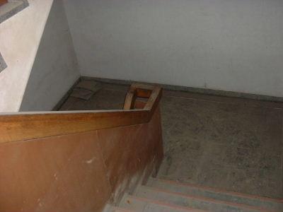 階段を降りて一階へ