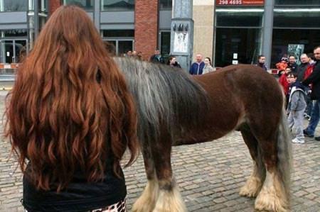 馬と同化する女性