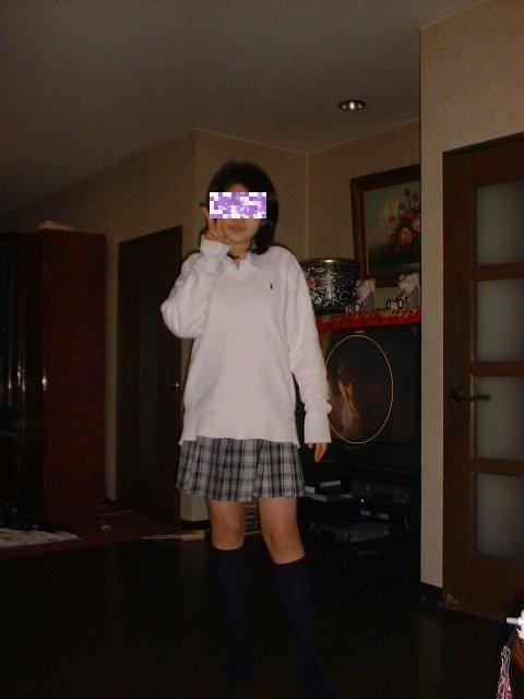 女子高生の後ろのテレビに顔