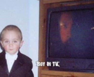 外国の少年と、テレビの顔